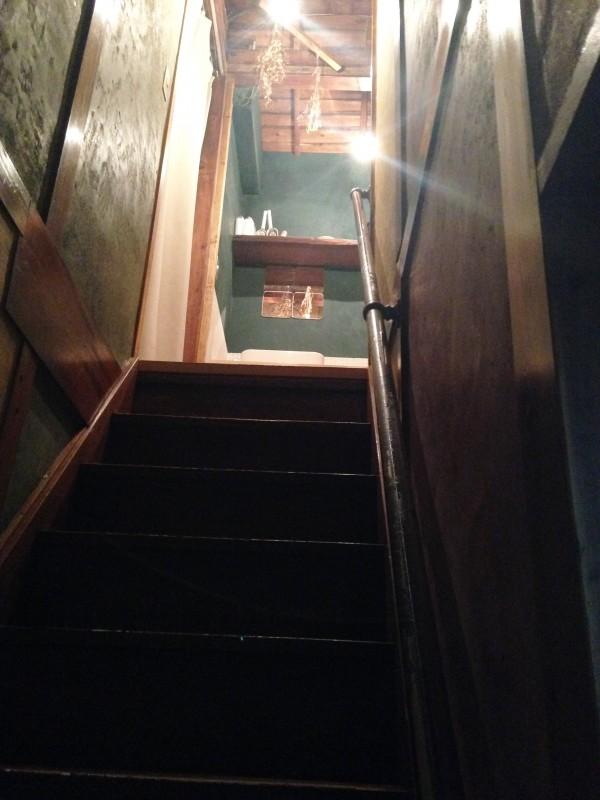 1階奥の階段を上がると宿泊スペースになっている。