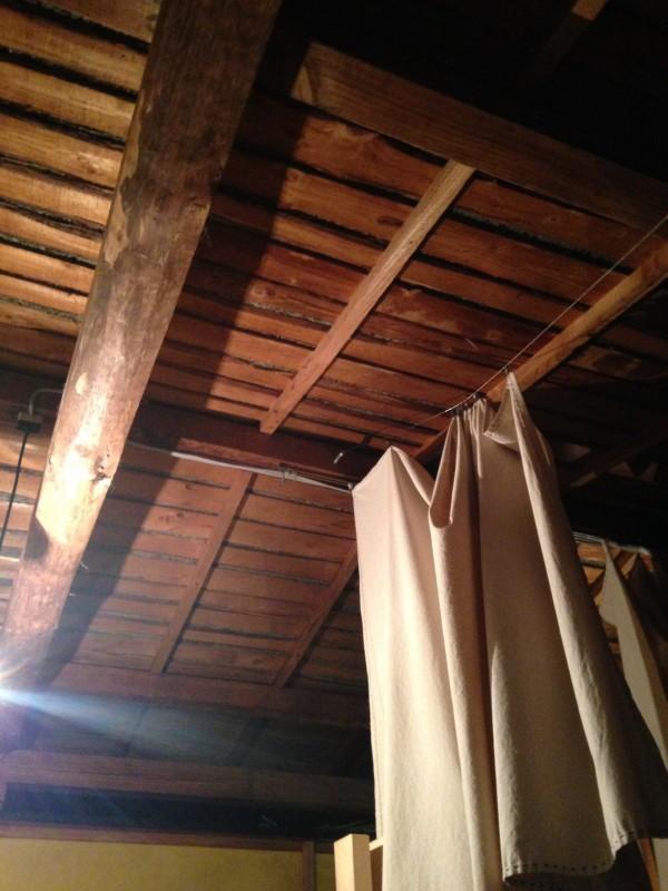 客室部分は天井を抜き、梁を抜き出しにしているので、開放感がある。