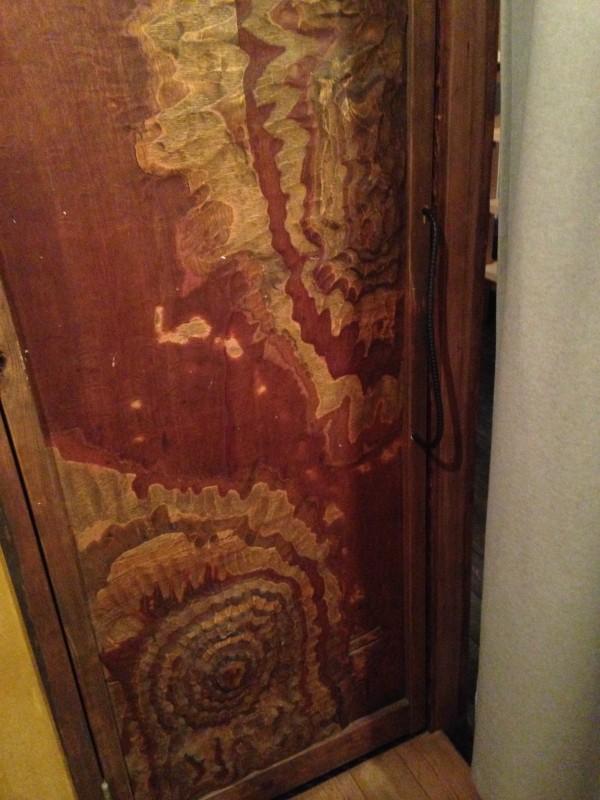 共有のトイレのドア。山崎さんの実家の土地をモチーフにしてデザインしてある。