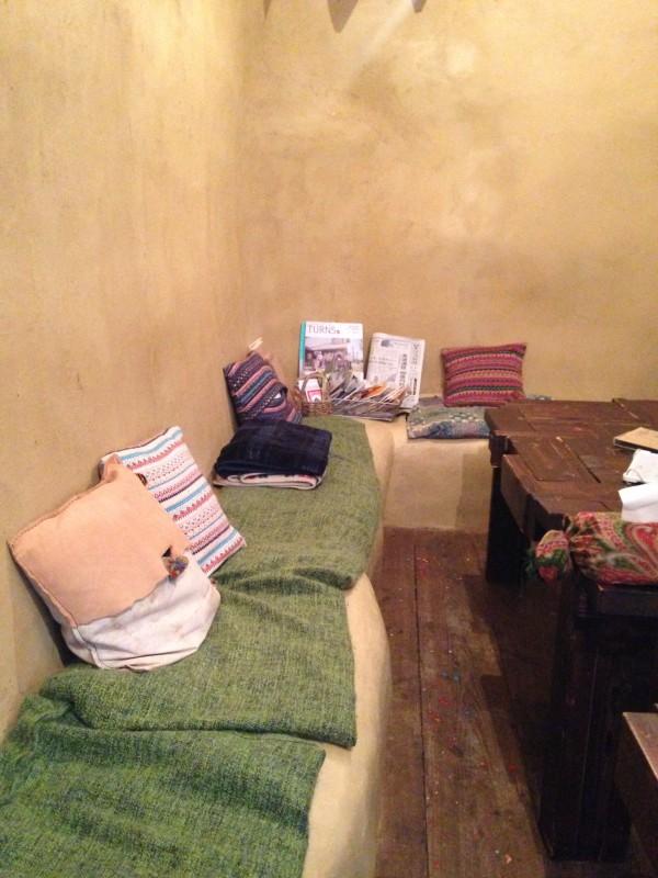 テーブルはベッドを作ったときの余った木材で作成。壁側のゴツゴツソファがしっくり。