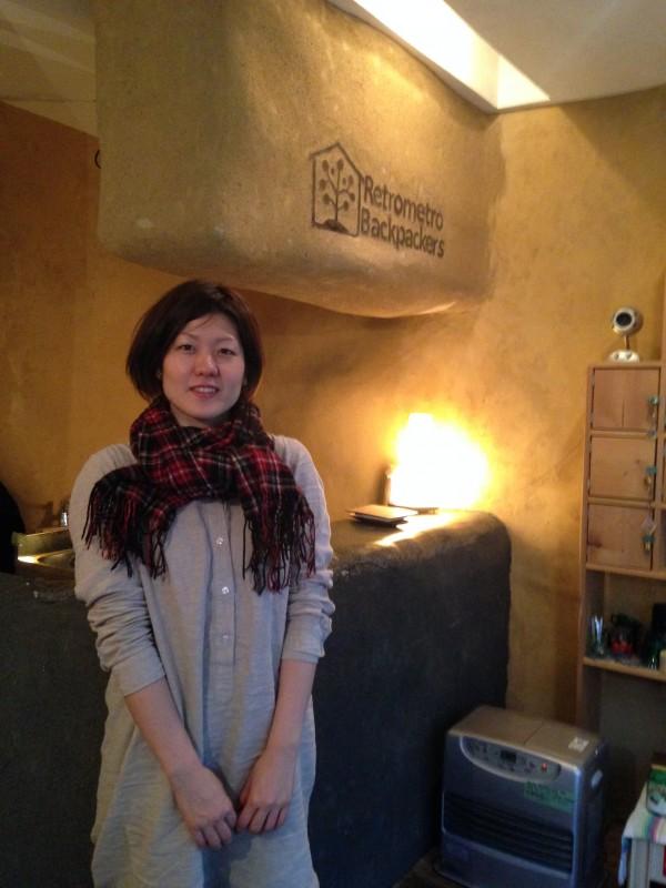レトロメトロバックパッカーズ、オーナー兼女将の山崎早苗さん。優しい笑顔で出迎えてくれる。