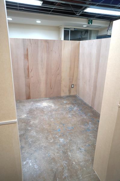 ブース席はDIYで壁の色や床など改装できる