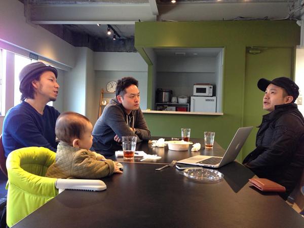 カフェ・ルームでの打合せの様子。メンバーは自由にスペースを利用可能