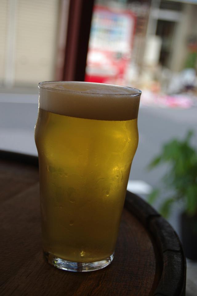 街行く人をながめながら飲むビールの味は格別。「いいねえ」という笑顔に出会うことも。