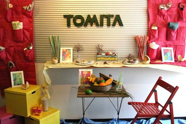 【富田興業ショールームの入り口。季節感あるディスプレイに、革製品がチラリとのぞく。】
