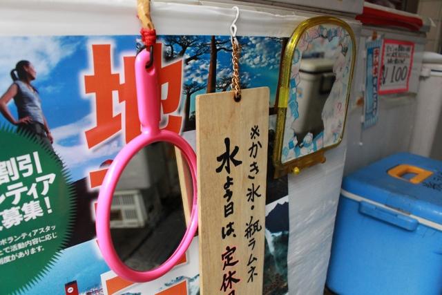 【子どもがシロップで赤や青に染まった舌を見るため、店先の低い位置には鏡がかけられています】