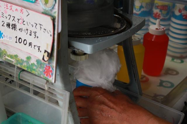 【カップからあふれ出すフワフワの氷】