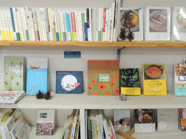 入り口には刊行された本が本棚にズラリ。1冊1冊が語りかけてくるようです。