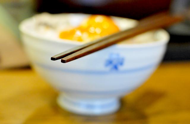 水平方向に平たい先の箸で、卵ご飯を搔き込める
