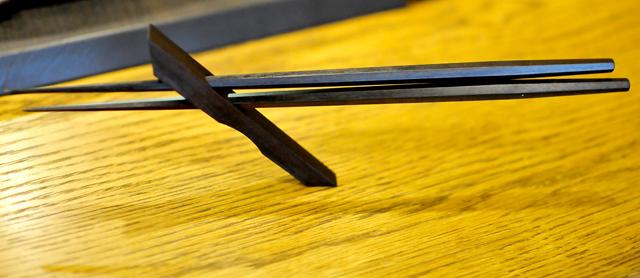 絶妙なバランスで箸を支える箸置き