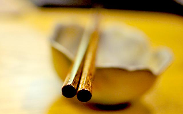 「吸い付き箸」は、多くの人が持ちやすいという8角形
