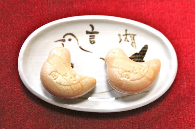 「みやこ鳥」をかたどった「言問最中」(1個265円)。パリッとした皮の中に、あんこがぎっしり。こちらも要チェック!
