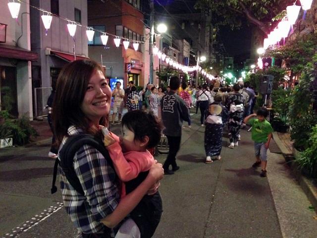 藍染大通りでの盆踊りの様子。平時は毎週日曜の13時から15時が歩行者天国になり子どもの遊び場となっているそう