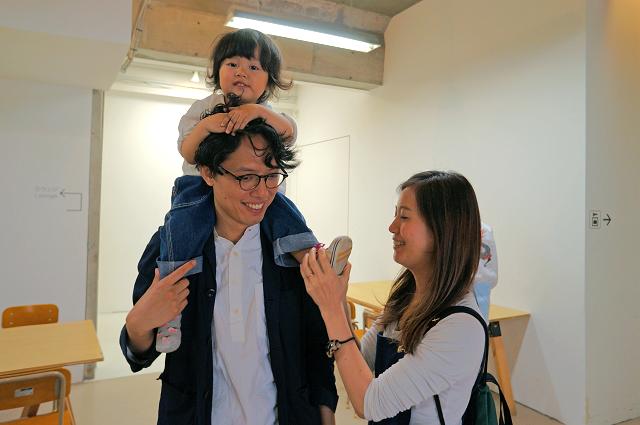 左が写真家の杉山豪州さん、娘さんの素野ちゃん、右がアートマネジャーの玲奈さん