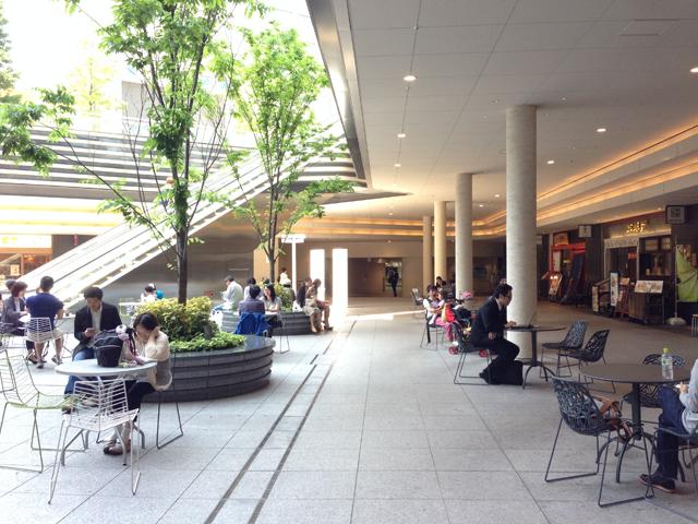 周囲を飲食店が囲み、中央に広場がある。イスやテーブル、緑もあり気持ちよい空間のソラシティ。