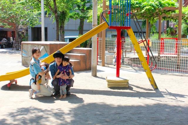 英朗さんは、奥様の玲さんと、3歳の長女・紗羅ちゃん、1歳の長男・英秀くんの4人暮らし。 今回はお子さん達のお気に入りの公園でお話を伺いました。
