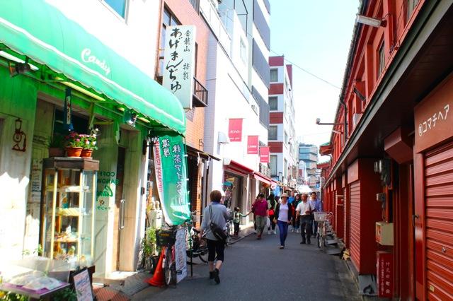 情緒ある街並が残る浅草寺周辺。歩いているだけでも楽しい!