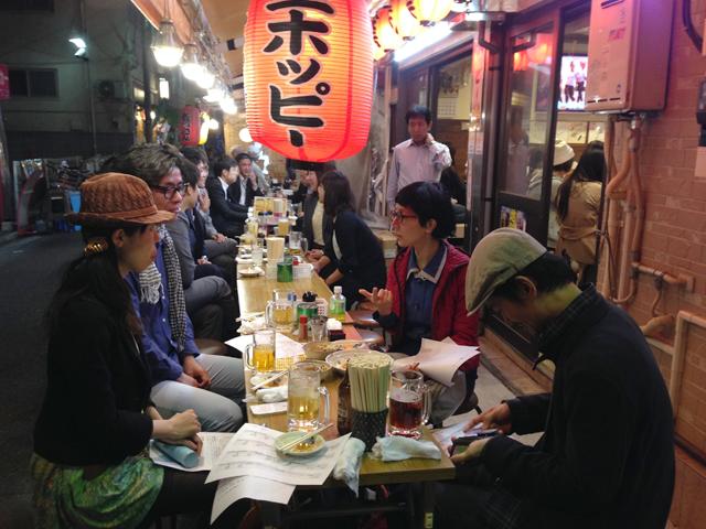 ホッピー通りでの会議の様子。街の中で会議をするのは臨場感を感じられて良いものです。
