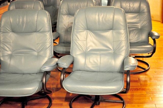 日本全国のプラネタリウムを巡って、ベストのコンディションを追及した春日さん。この革張りの椅子はゆったり、柔らか。床暖房完備。