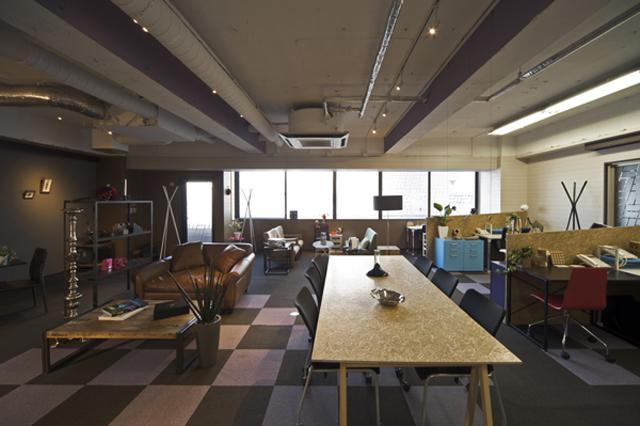 中央のテーブルが打ち合わせスペースの1つ。右に並ぶデスクはシェアオフィスの一部