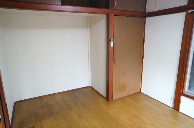 1階の奥の6畳洋室を窓側から見るとこんな感じ。壁が白でキチンと塗られています。