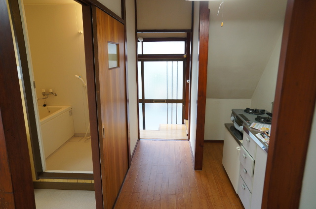 1階の玄関側を見た様子。キッチンが右手、手洗いや風呂場が左手にあります