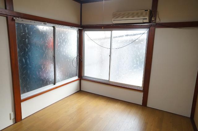 1階の奥の部屋、6畳の洋室となっています。採光たっぷり。