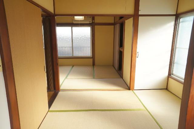 2階を階段側に向かって撮影。壁の白色と木の柱や鴨居の茶色がリズミカルに並びます