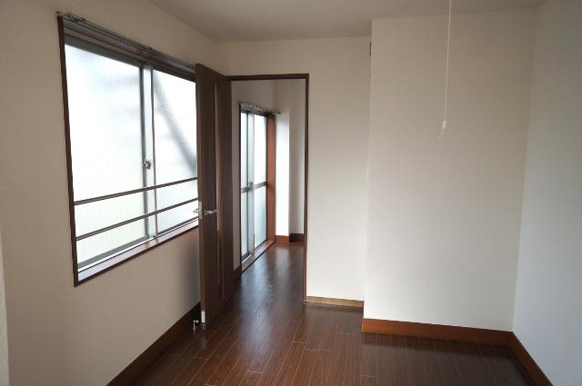 3階を階段と逆側から見た様子。奥の扉が屋上の納戸に続く外階段への扉です