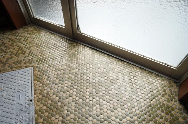 玄関の床のタイルやガラスは素敵レトロ。