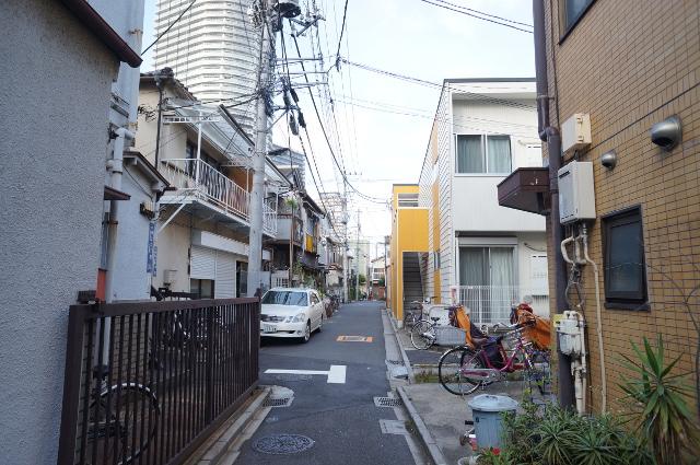 今回の物件はこのような路地の一角にあります。住宅、工場、お寺など様々に並ぶ場所。