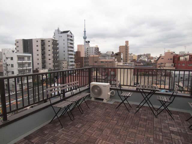 4階建てのTOLABLの屋上からは、スカイツリーがよく見えます