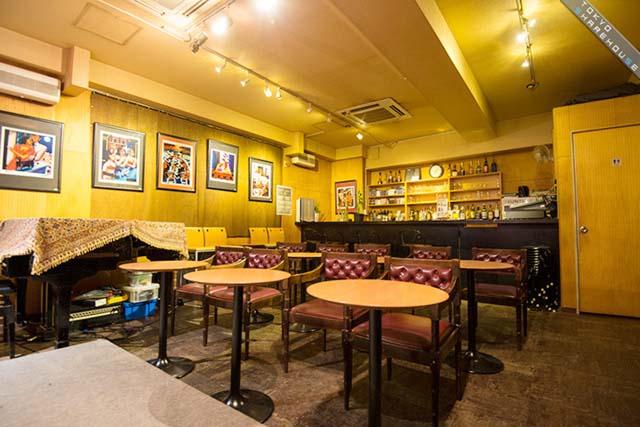 ビルの1階にあるライブハウスでは連日ジャズライブが行われています(写真:東京シェアハウス)