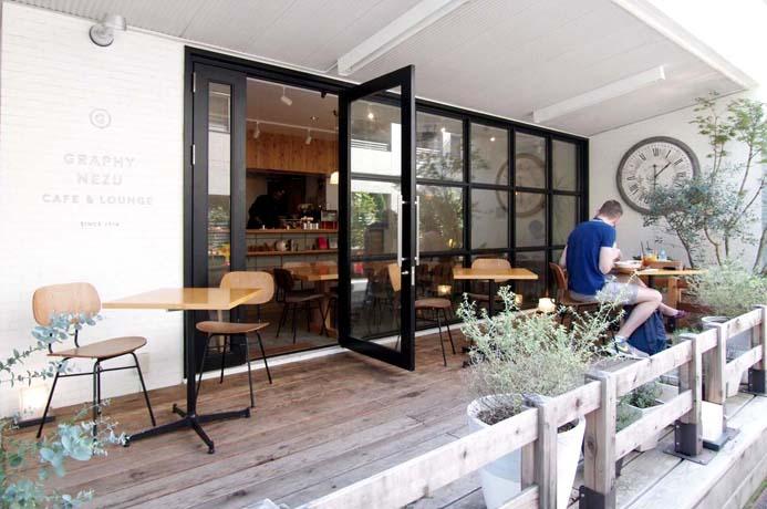<カフェ&バー>ウッドデッキもあり、開放的な雰囲気なカフェ。一般のお客様も利用可能