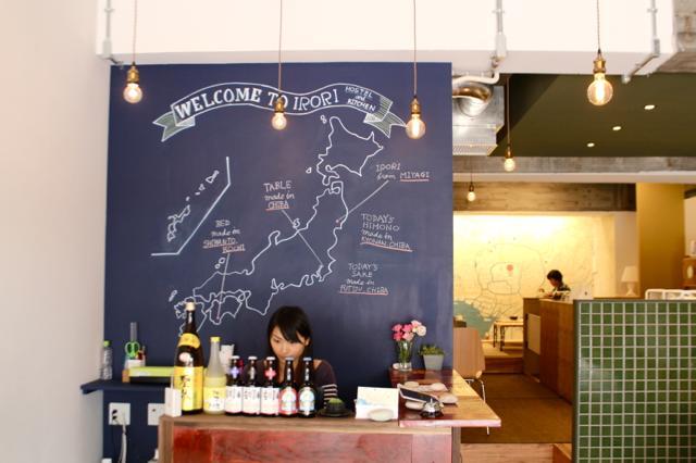 黒板には、IRORIに置かれた家具やその日の食材の産地が描かれています。