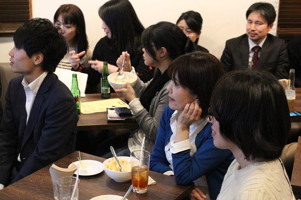 特製カレー丼を食べながら、ゲストのトークに聞き入ります(写真:コウトーク運営委員会)