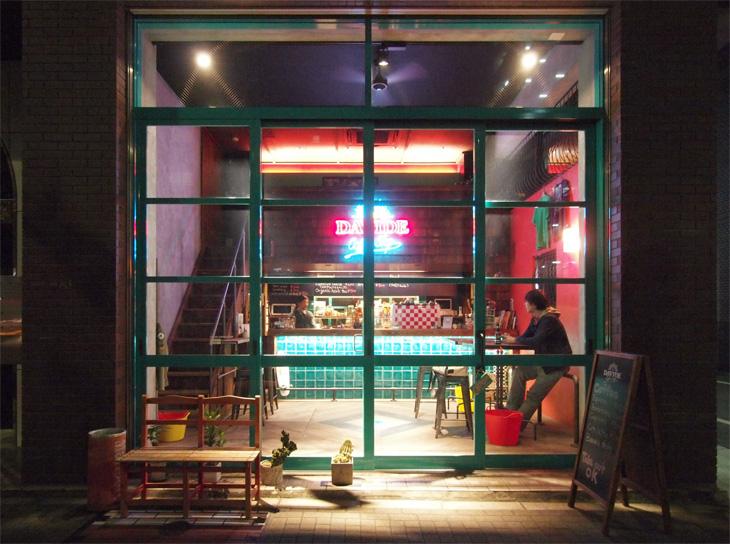 ダビデコーヒーストップの外観。2階分吹き抜けの大開口が特徴です