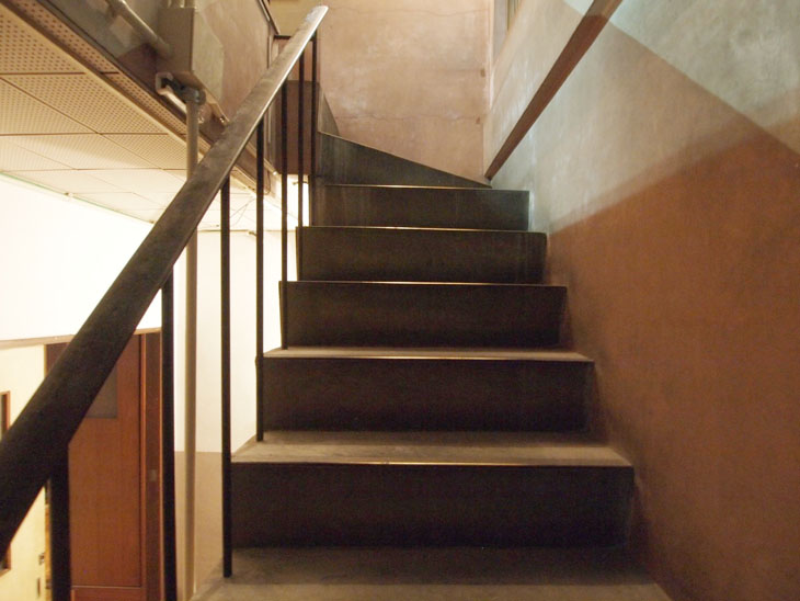 レトロな味わいの階段。ヴィンテージビルならではの雰囲気を楽しめる方にオススメです